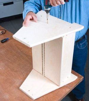 Прикручиваем ножки к ящику для инструментов