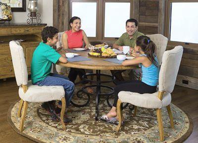 Обеденный стол для семьи