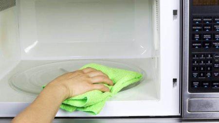 Очищаем печь тряпкой с лимонным соком