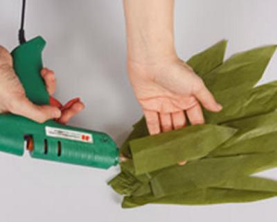 Вырезать ножницами листья