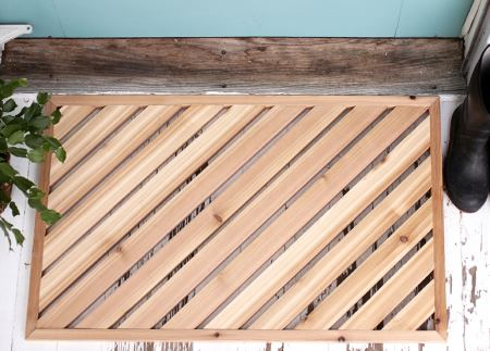Деревянный коврик перед дверью