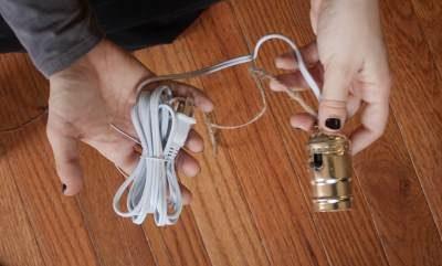 Подсоединить шнур к патрону