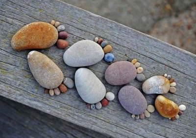 Следы из камня