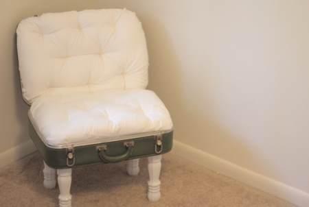 Сделать кресло из старого чемодана